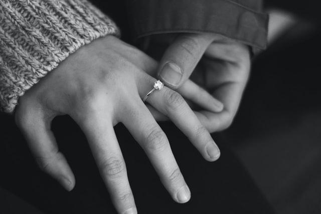 You are currently viewing האם אני צריך לשנות את גודל טבעת האירוסין שלי?